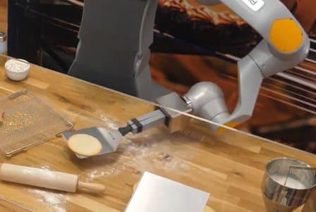 El robot camarero HoLLiE se transforma en pastelero