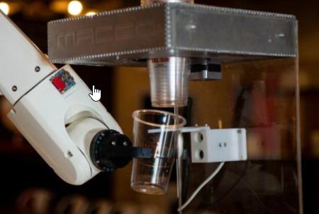 El robot camarero que te solicita el DNI antes de servirte alcohol